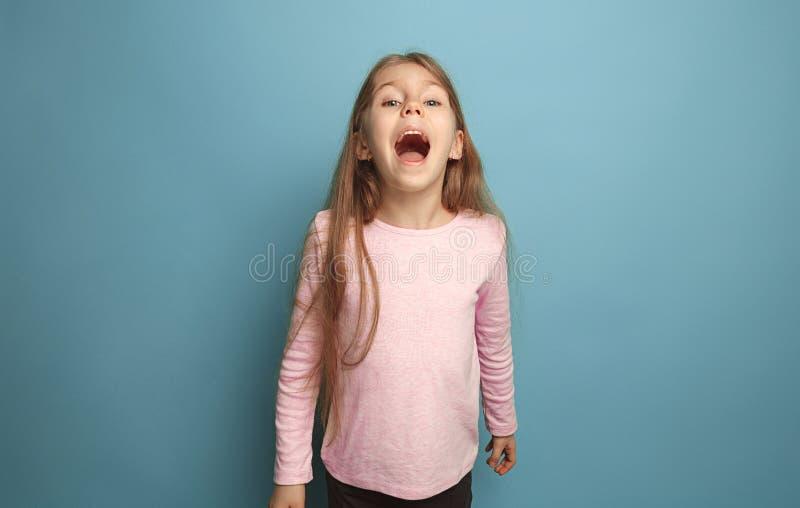A menina adolescente loura emocional tem um olhar da felicidade e gritar Tiro do estúdio imagens de stock