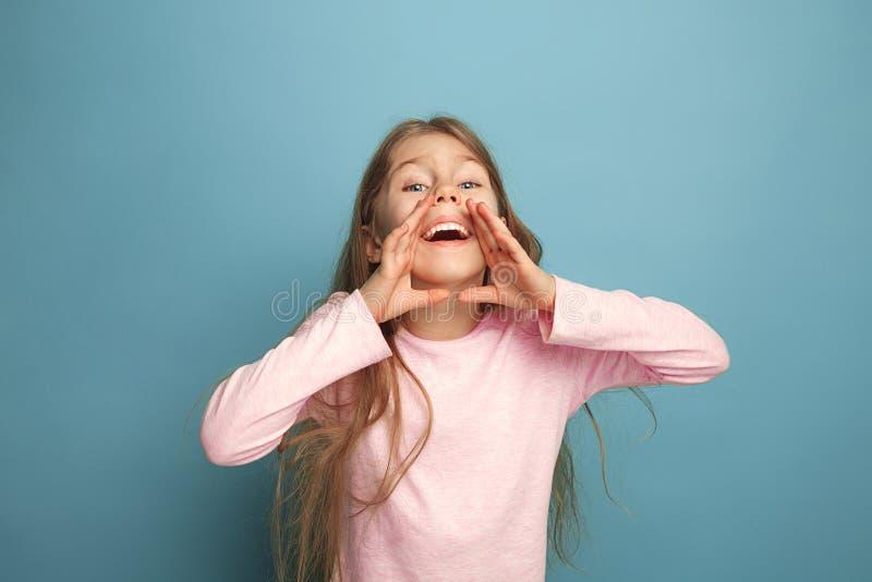 A menina adolescente loura emocional tem um olhar da felicidade e gritar Tiro do estúdio imagens de stock royalty free
