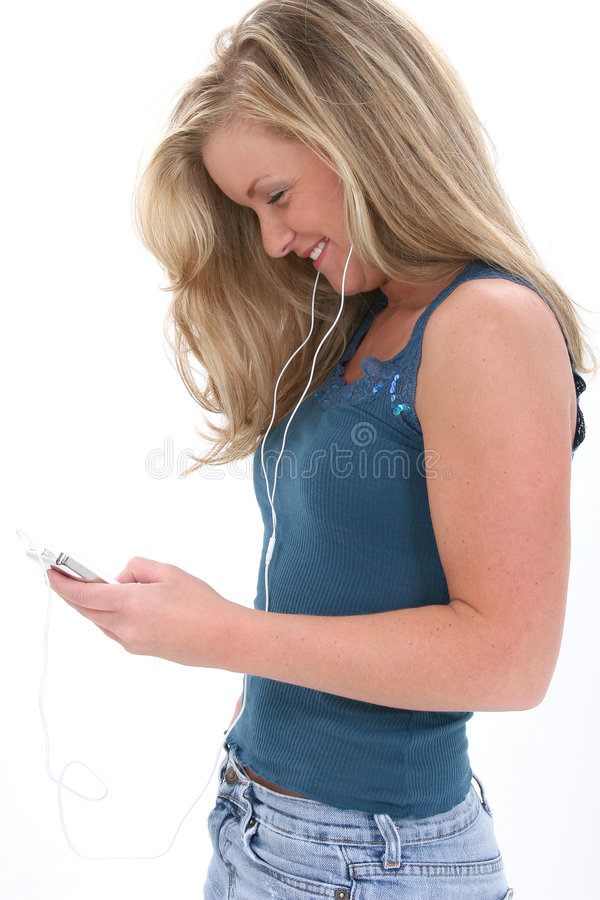 Menina adolescente loura que escuta a música fotografia de stock royalty free