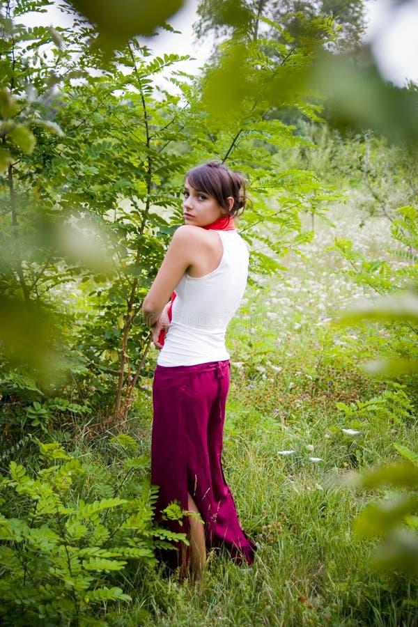 Menina adolescente na floresta fotografia de stock royalty free
