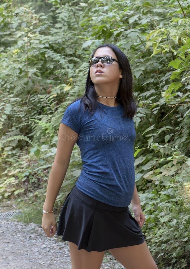 Menina adolescente na pose glamoroso, parque de Amerasian de Snoqualmie, estado de Washington imagens de stock royalty free