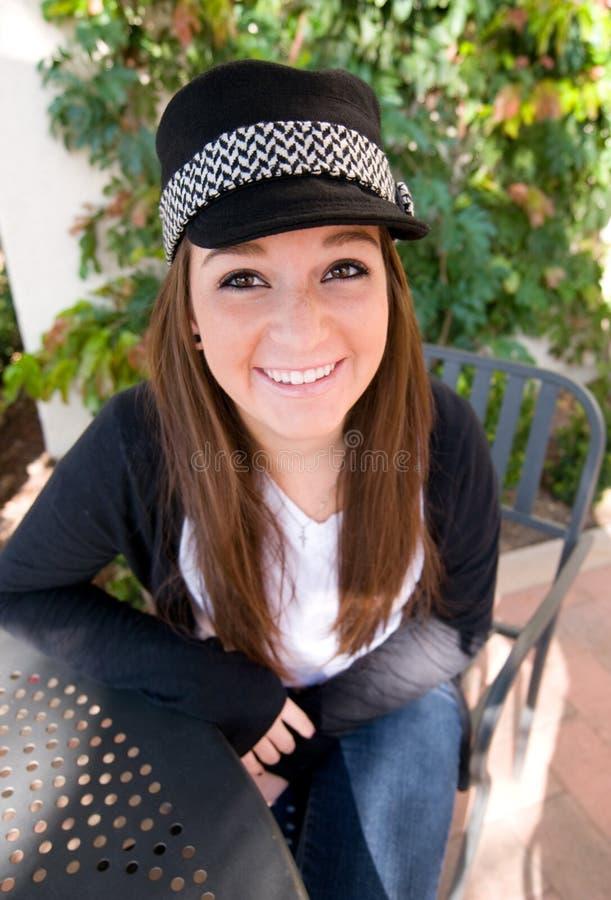 Menina adolescente no chapéu negro imagens de stock