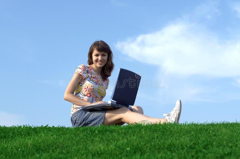 Menina adolescente no estudo ao ar livre foto de stock