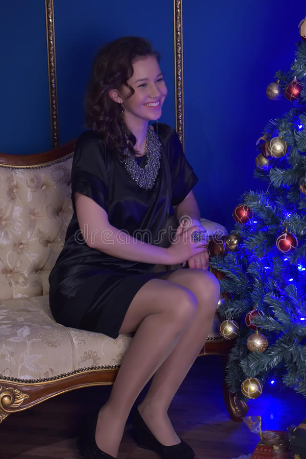 Menina adolescente no Natal na árvore de Natal bonita g imagem de stock