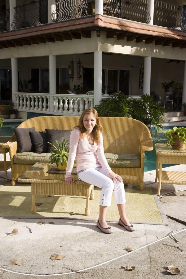 Menina adolescente no pátio ensolarado fotos de stock royalty free