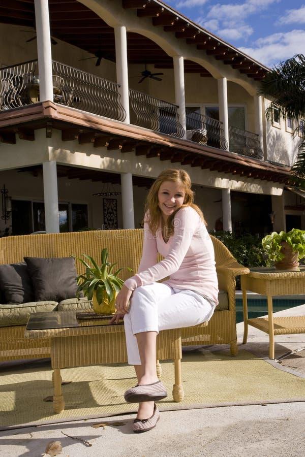 Menina adolescente no pátio ensolarado fotografia de stock