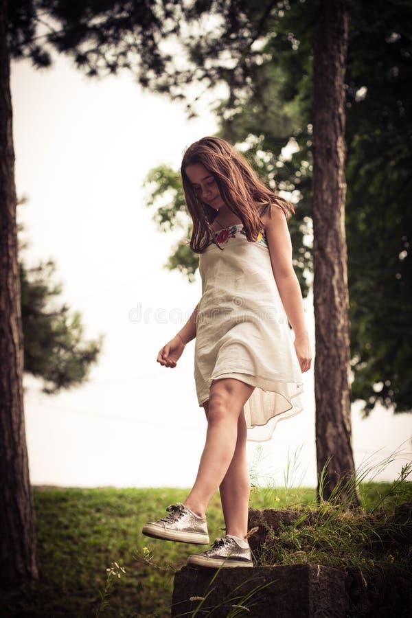 Menina adolescente no parque fotos de stock