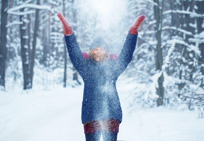 Menina adolescente no parque nevado do inverno imagem de stock