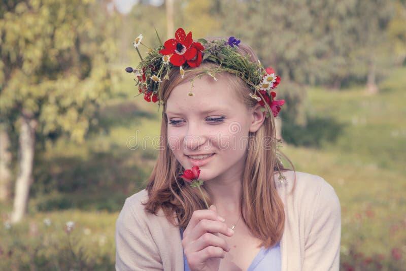Menina adolescente no prado da mola foto de stock