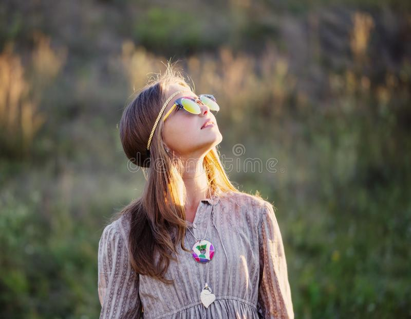 Menina adolescente nos óculos de sol exteriores imagem de stock