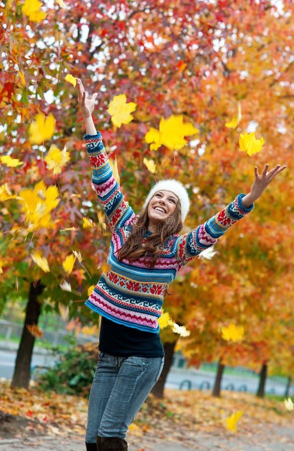 Menina adolescente nova feliz no cenário do outono imagem de stock