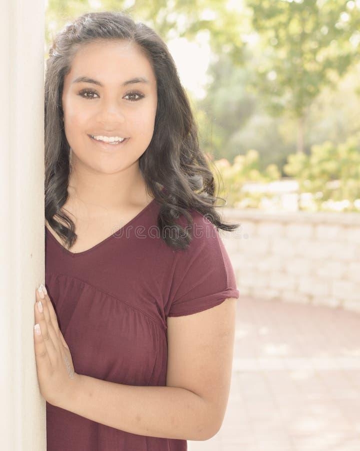 Menina adolescente pela coluna fotografia de stock
