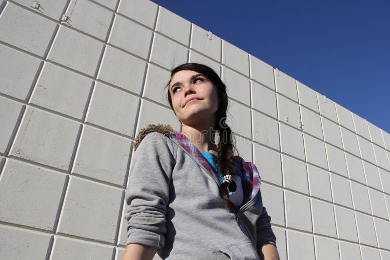 Menina adolescente pela parede industrial fotos de stock royalty free