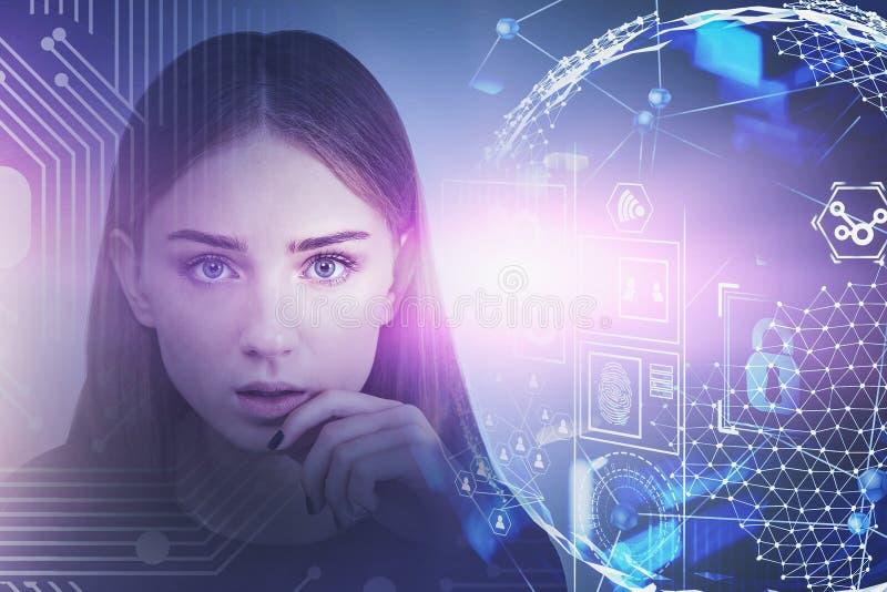 Menina adolescente pensativa, relação global do Internet imagem de stock