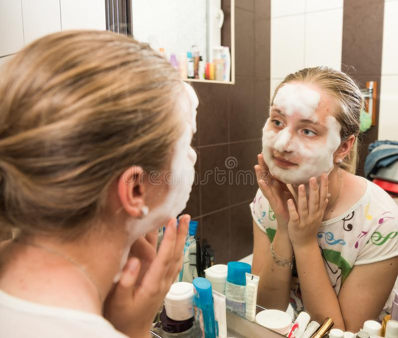 Menina adolescente que aplica uma máscara da bolha fotografia de stock
