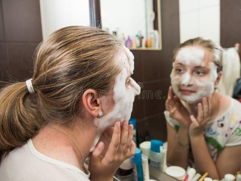 Menina adolescente que aplica uma máscara da bolha fotos de stock