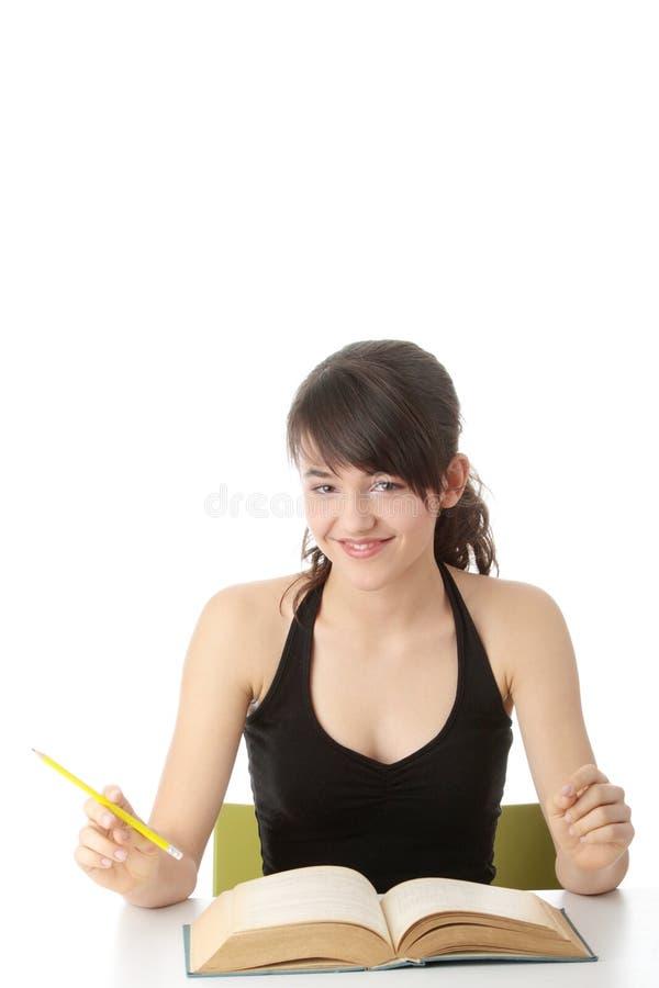 Menina adolescente que aprende na mesa foto de stock