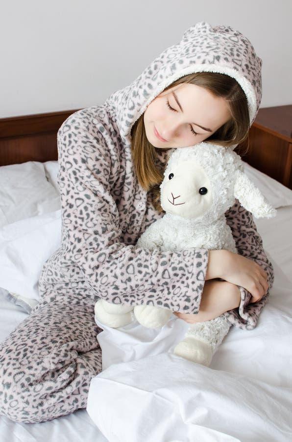 Menina adolescente que dorme com brinquedo fotos de stock royalty free