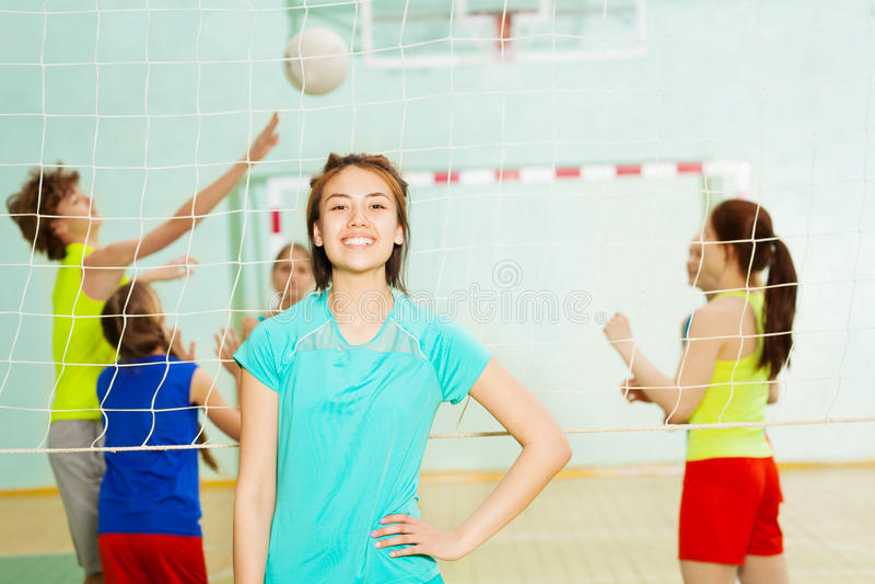 Menina adolescente que está no gym durante o treinamento fotos de stock royalty free