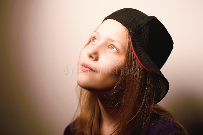 Menina adolescente que olha acima e que sorri fotografia de stock royalty free