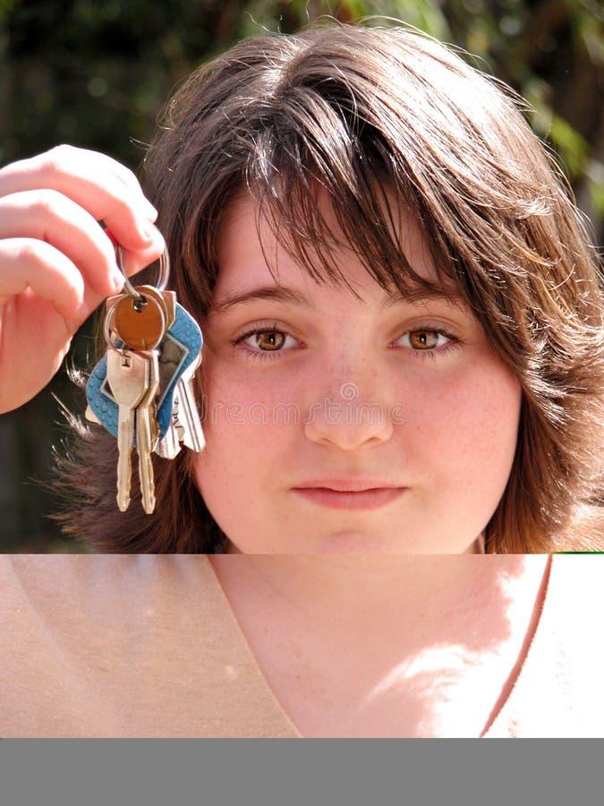 Menina adolescente que pede para conduzir foto de stock royalty free