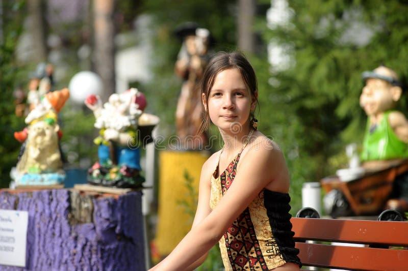 Download Menina Adolescente Que Senta-se Em Um Banco Foto de Stock - Imagem de cute, cabelo: 26508566
