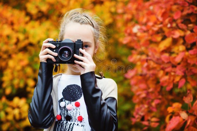 Menina adolescente que toma um tiro fotografia de stock