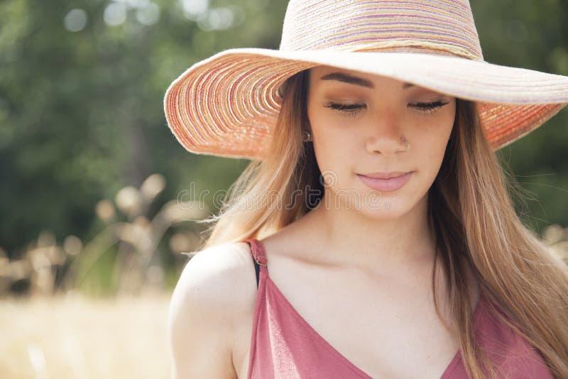 Menina adolescente que veste um chapéu foto de stock royalty free