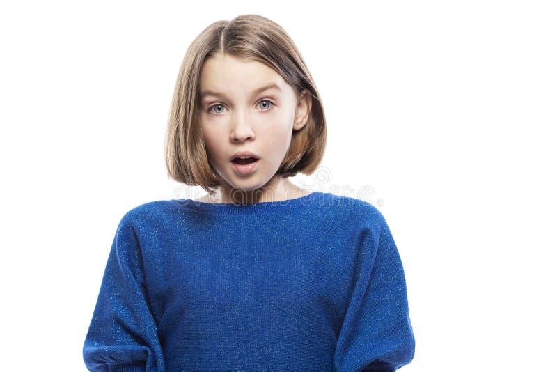 Menina adolescente surpreendida, close-up Isolado em um fundo branco imagens de stock