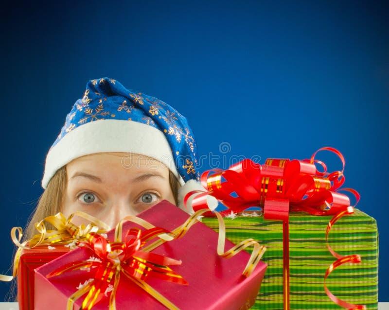 Menina adolescente surpreendida com presentes de Natal fotografia de stock