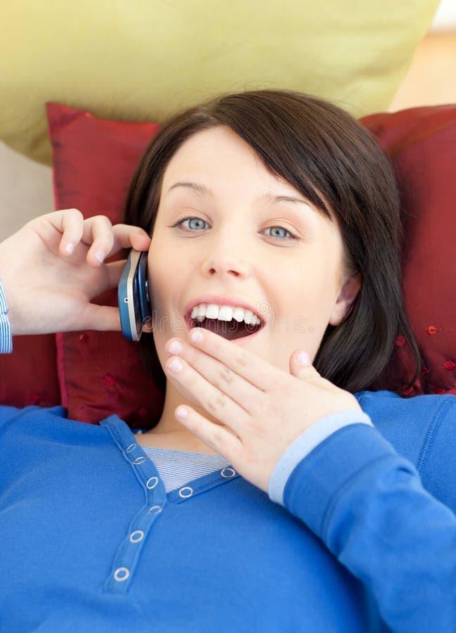 Menina adolescente surpreendida que fala no telefone imagens de stock royalty free
