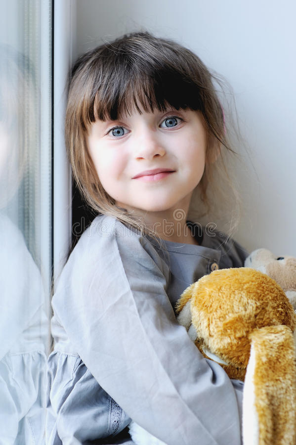 Menina adorável com coelho fotografia de stock