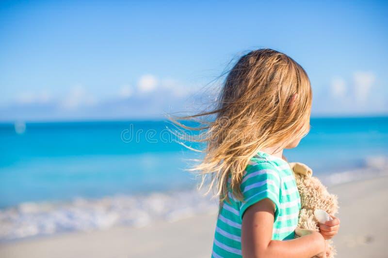 Menina adorável com seu brinquedo favorito sobre foto de stock