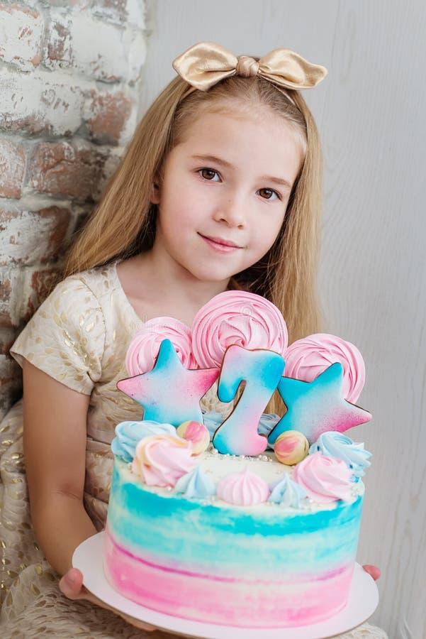 Menina adorável com um bolo de aniversário foto de stock royalty free