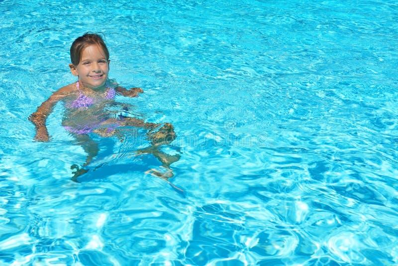 Menina adorável da criança que aprecia suas férias de verão em nadar p imagem de stock royalty free