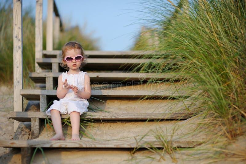 Menina adorável da criança que senta-se nas escadas imagem de stock royalty free