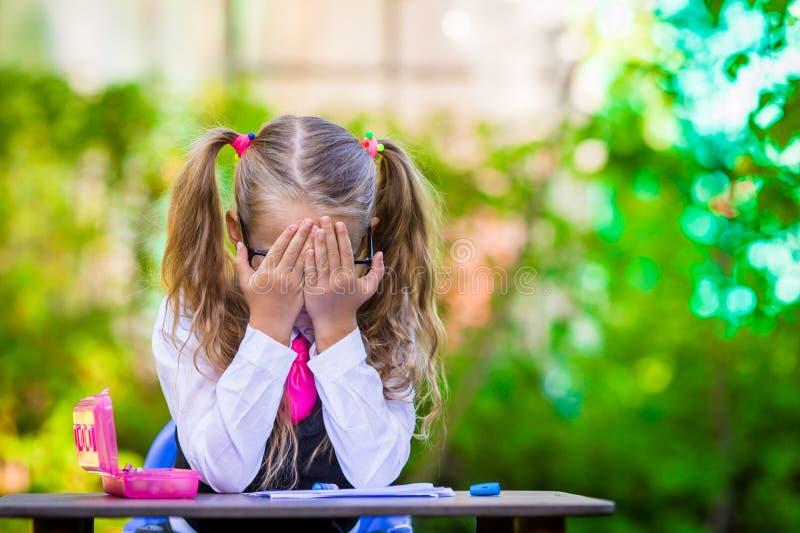Menina adorável da escola na mesa com notas e fotografia de stock royalty free