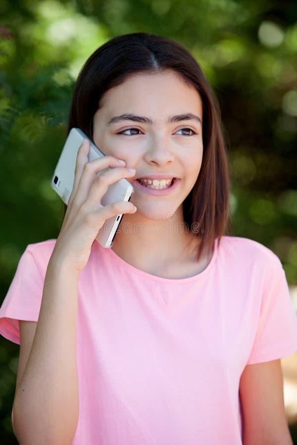 Menina adorável do preteen com móbil foto de stock royalty free