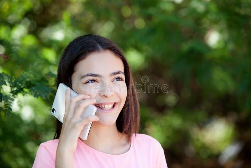 Menina adorável do preteen com móbil imagens de stock