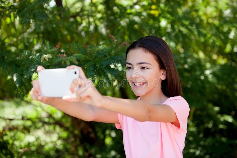 Menina adorável do preteen com móbil foto de stock