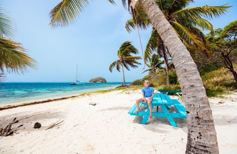 Menina adorável na praia foto de stock royalty free