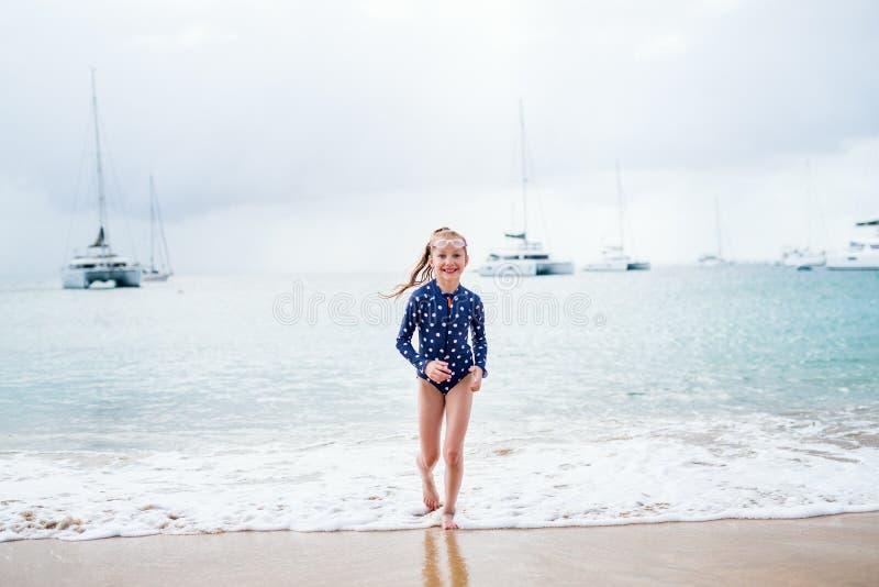 Menina adorável na praia foto de stock