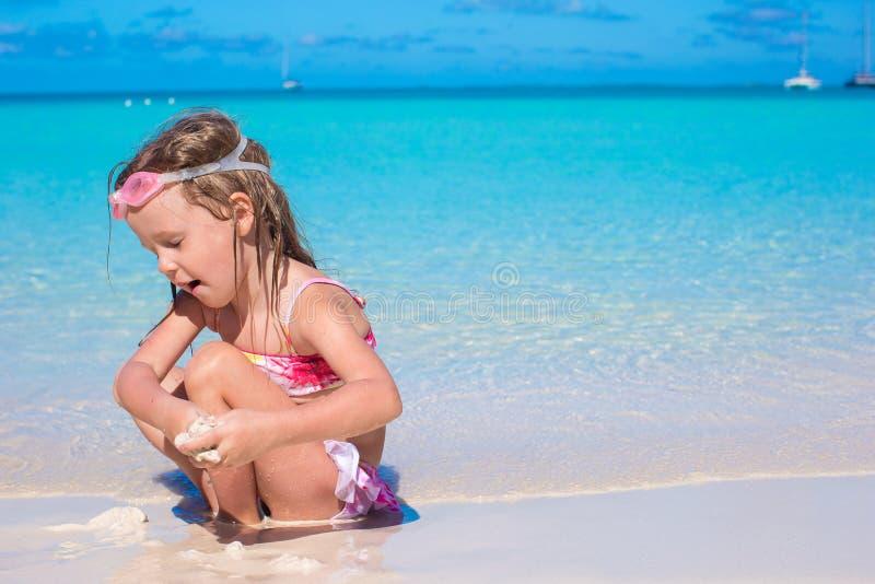 Menina adorável na praia branca durante o verão fotografia de stock royalty free