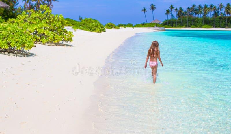 Menina adorável na praia durante o verão fotos de stock