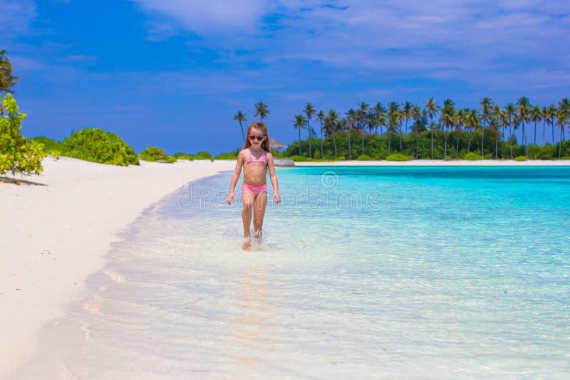 Menina adorável na praia durante o verão fotografia de stock royalty free