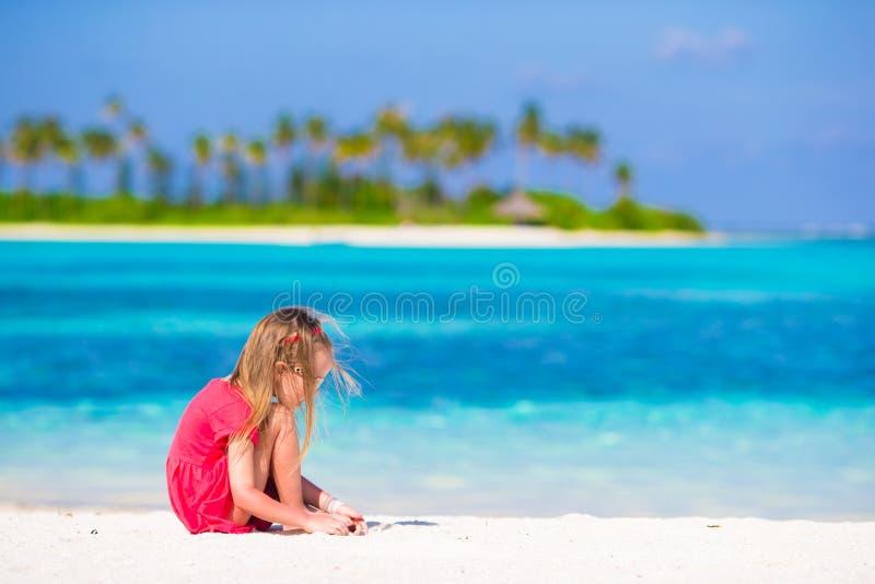Menina adorável na praia durante o verão foto de stock royalty free