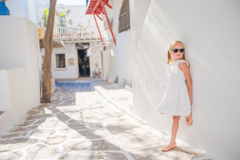 Menina adorável na rua velha da vila tradicional grega típica fotos de stock