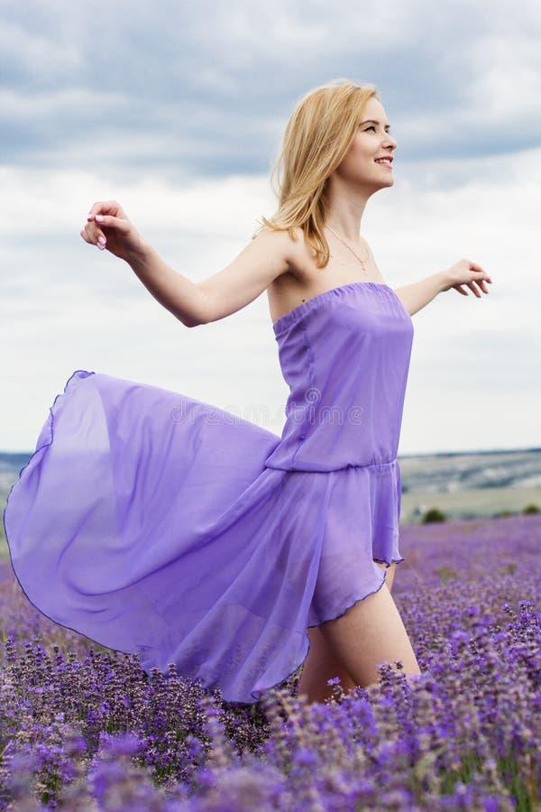 Menina adorável no campo feericamente da alfazema imagem de stock