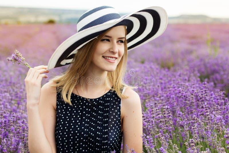 Menina adorável no campo feericamente da alfazema fotos de stock