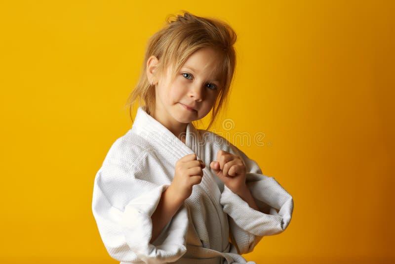 Menina adorável no quimono no fundo amarelo imagens de stock